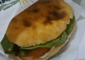 Sandwich cu şunculiţă ţărănească şi pastă de brânză cu mărar