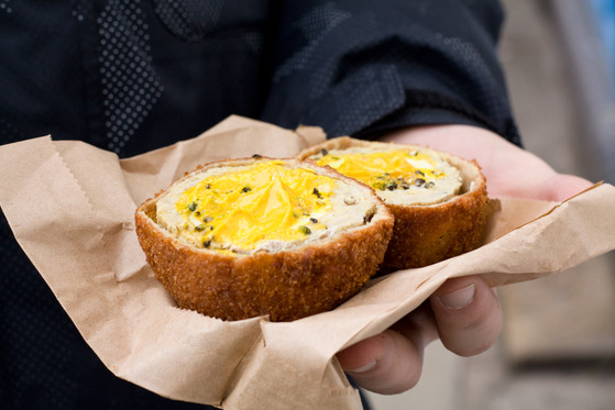 Interior Scotch Eggs servite în Broadway Market din Londra
