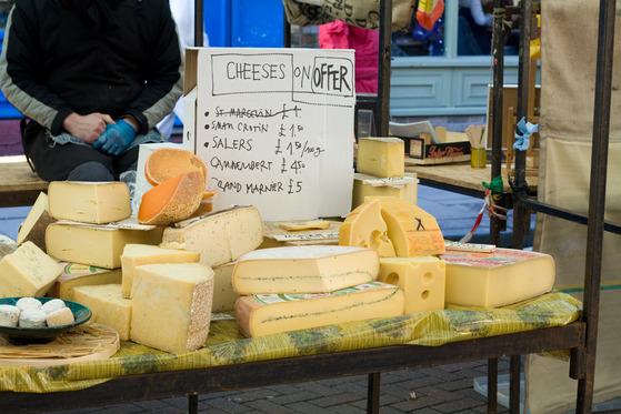 Brânzeturi în Broadway Market din Londra