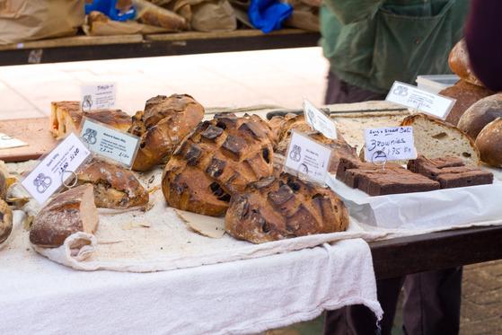 Diferite sortimente de pâine de casă în Broadway Market din Londra