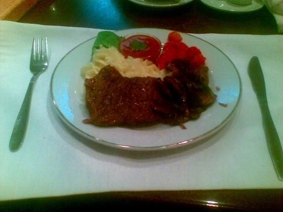 Friptura de vitel cu ciuperci si garnitura de cartofi piure si legume sote la Hotel Mara din Baia Mare