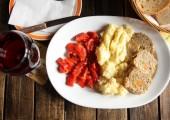 Ruladă de porc cu piure şi salată de ardei la meniul zilei în Irish Public House din Timişoara