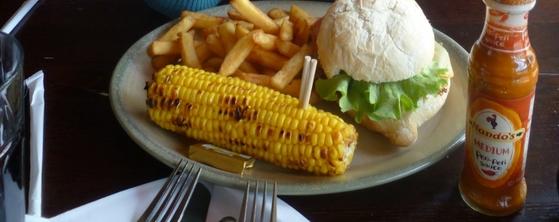 Veggie burger, porumb fiert şi cartofi prăjiţi la unul din restaurantele Nando's din Londra