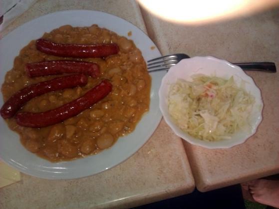 Iahnie de fasole cu carnati prajiti si salata de varza la meniul zilei la Thalia