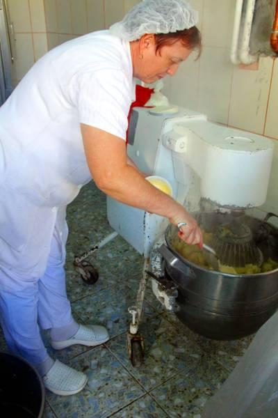 Pregatirea piureului de cartofi pentru Masa de Craciun
