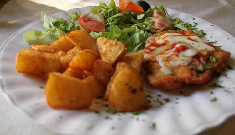 Restaurant Leonardo da Vinci - pollo parmigiana, cartofi aurii si salata verde