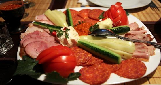 Gustare sarbeasca restaurant yugoslavia