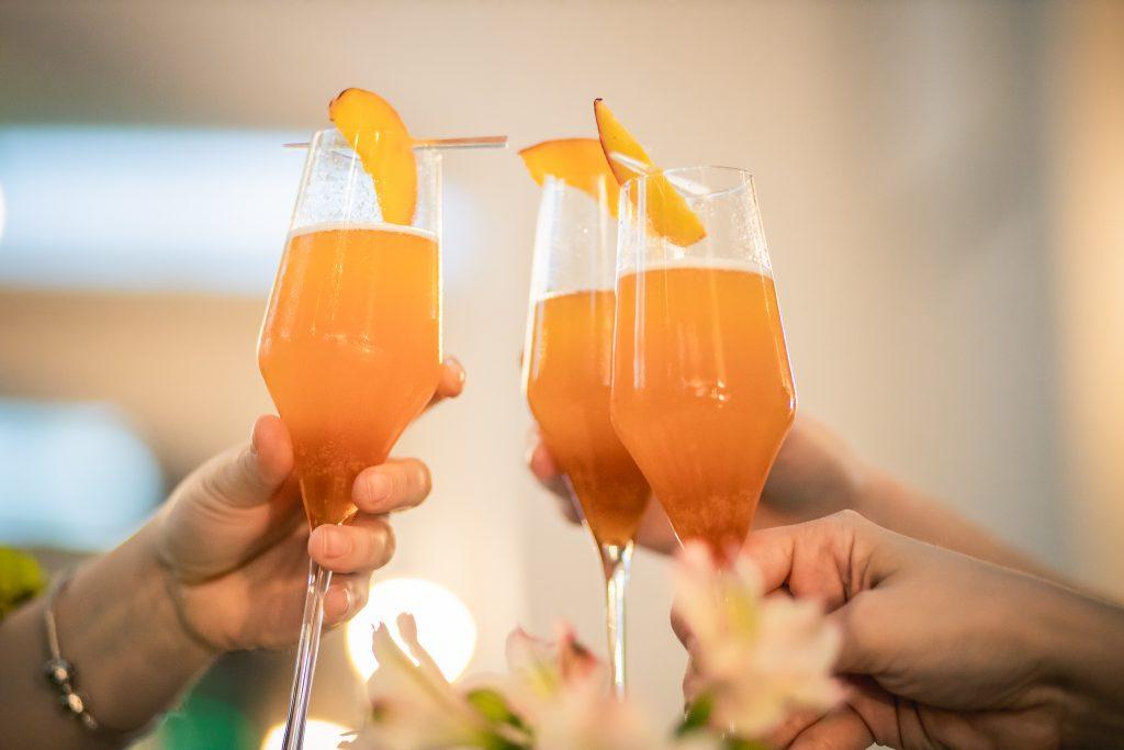 Cocktail pe bază de prosecco, piersici și fructul pasiunii | Restaurant Merlot Timișoara