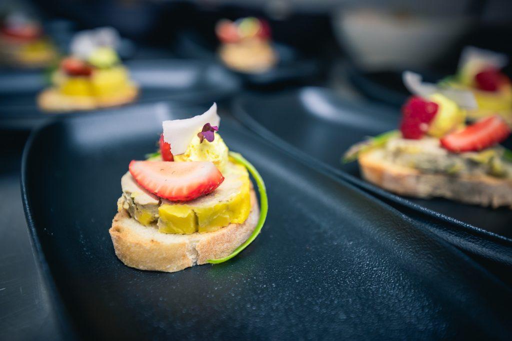Aperitic cu foie gras, căpșuni și cocos | Restaurant Merlot Timișoara