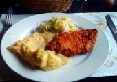Snitel de porc cu cartofi piure si salata de varza la Casa Bunicii