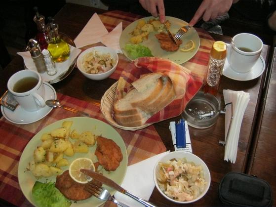 Cartofi cu rozmarin si şniţel pane la Casa Veche în Sibiu