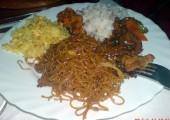 Platou încins de porc cu orez cu curry şi spaghete prăjite. Orez cu creveţi.