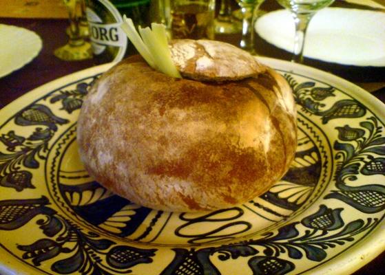 Ciorbă de afumatură servită în pâine la restaurant Casa Voastră din Timişoara