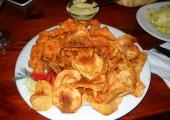 Pui înfuriat cu chipsuri de cartofi la Queen's Pub în Oradea