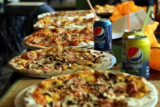 pizza prosciutto e funghi la degustarea de pizza de la pizzeria Rustica