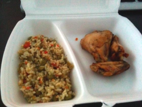 Ciocanele de pui prajite cu orez cu legume la meniul zilei de la Amedeea
