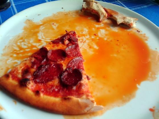 Grăsime scursă din salamul folosit pentru pizza Diavola