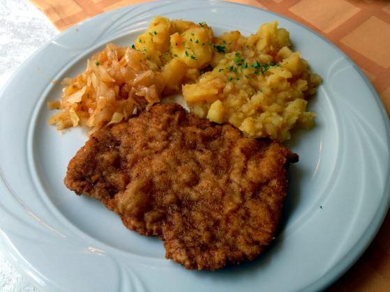 Cotlet de porc pane cu cartofi la cuptor si salata de varza murata La Savoya in Timisoara