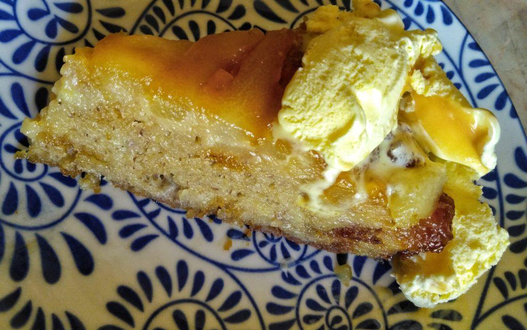 Felie prăjitură răsturnată cu mere și pere și înghețată